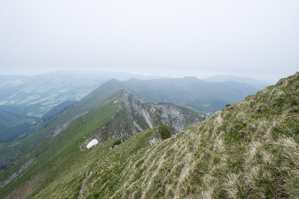 Regard en arrière depuis le sommet. On peut voir le sentier par lequel nous sommes arrivés au col sur la gauche
