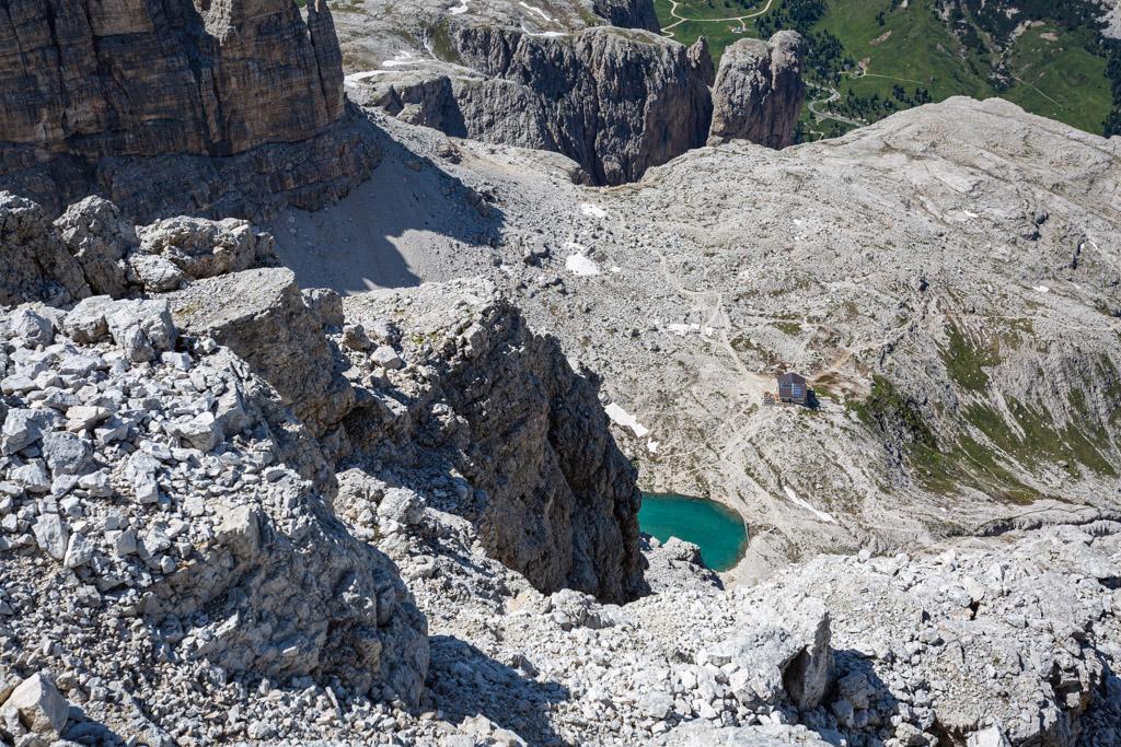 Vue sur une partie de lac et le refuge depuis le sommet de la cima Pisciaù