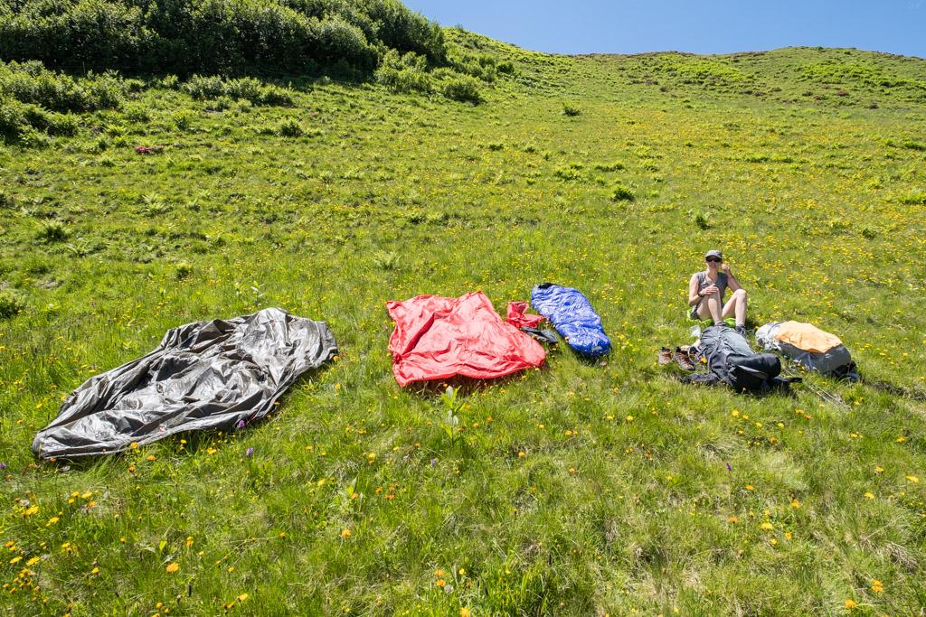 Via Alpina - La tente qui sèche pendant la pause de midi