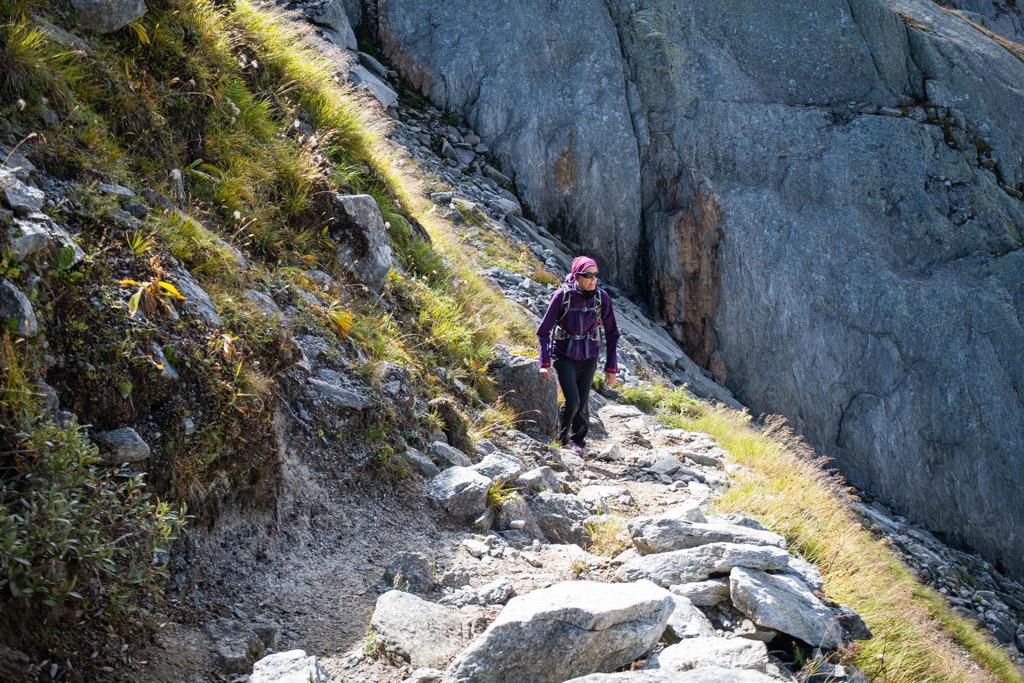 Plus loin, dans la montée, le sentier est nettement moins lisse