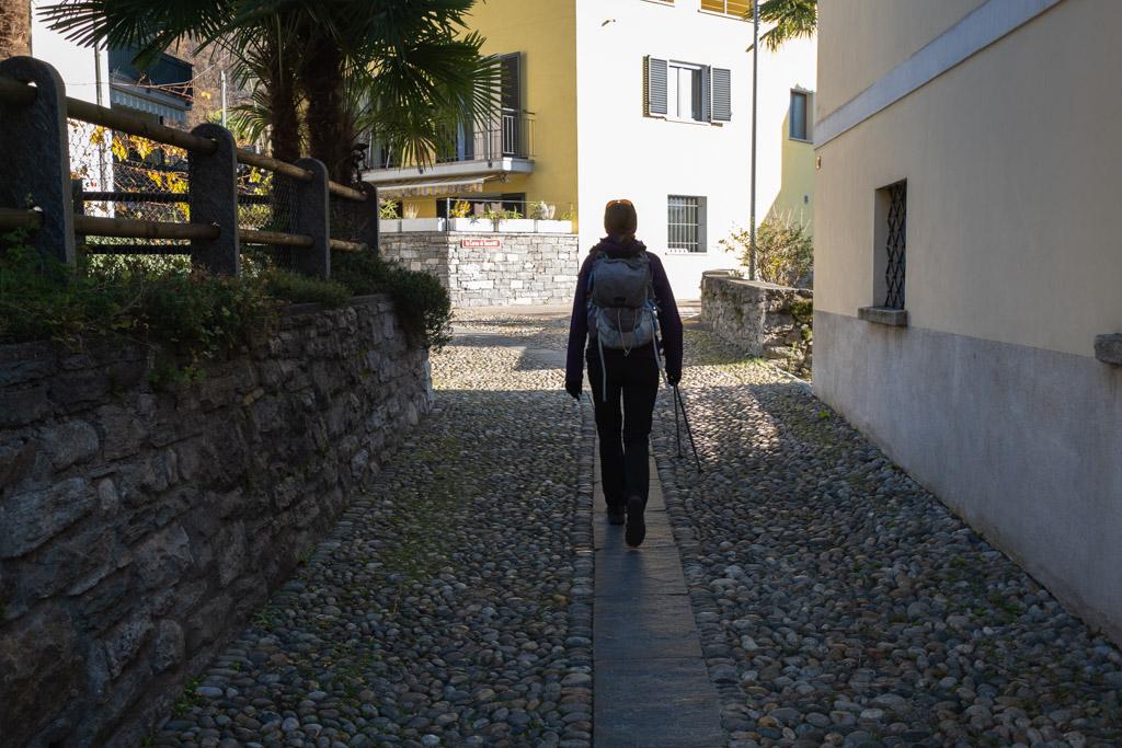A travers le village sur l'ancienne route pavée.